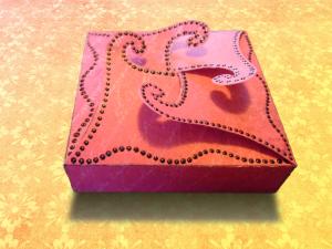 ...apró ékszereket, vagy bonbont rejthet a kis doboz...